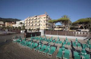 Диано-Марина, отельный пляж