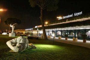 Аэропорт Пизы в вечернее время.