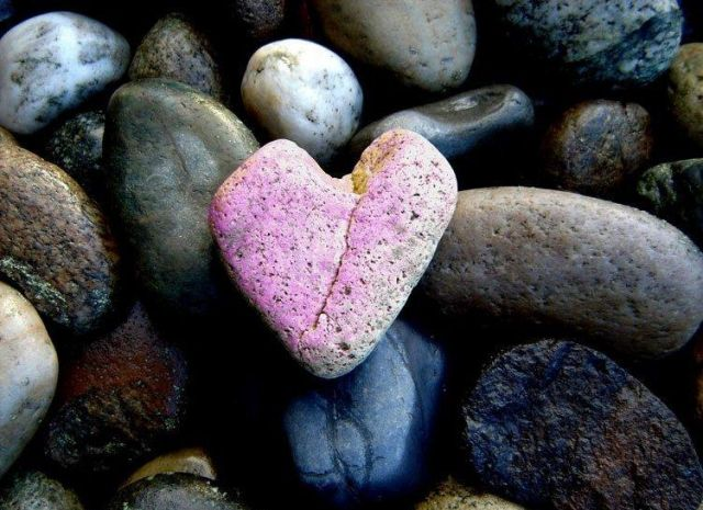 Розовое каменное сердечко - прекрасный сувенир