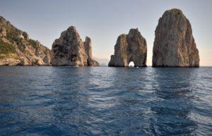 Фаральони- это три высокие морские скалы: Стелла, Меццо, Скополо.