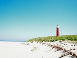 Пустынный песчаный пляж