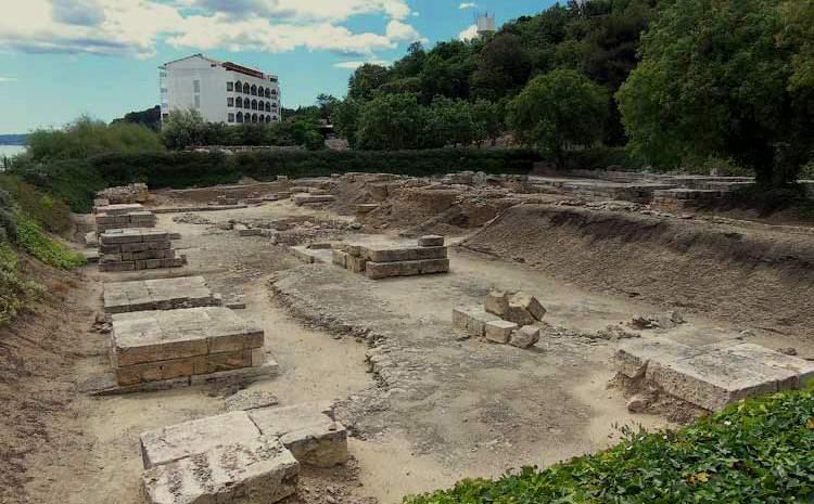 Фундамент храма Амон Зевса