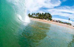 Волна на фоне пляжа Аругам Бей
