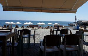 Alea Lounge Bar — с видом на мор на Posidonos ave