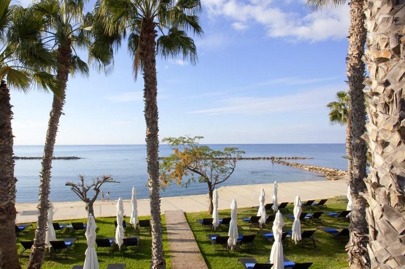 Безлюдный пляж и набережная отеля Аннабель 5*