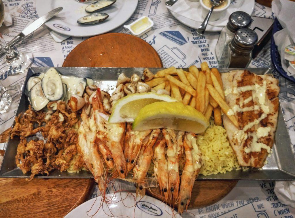 Если вы любитель рыбы и морепродуктов, рекомендуем вам Ocean Basket — ресторан быстрого питания, удачно расположенный на набережной, он представляет крупную сеть ресторанов морской кухни