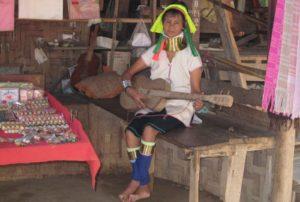 Паттайя. Женщина народности Каренов Падаунг сувениры