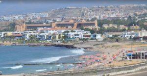 Это небольшой песчаный пляж с пологим спуском в море, нет камней, поэтому он очень подходит для отдыха с детьми.
