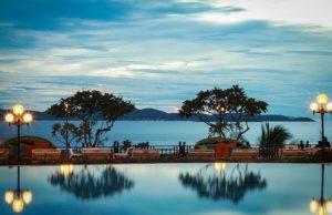 Из номеров отеля открывается потрясающий вид на море.