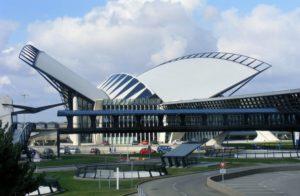 Если в Париж Вы летите на самолете, то приземлится он во всемирно известном аэропорту, носящем имя Шарля де Голля.