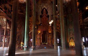 В интерьере храма множество несущих колонн разной формы, которые изготовлены из древних древесных стволов