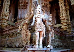 Достижение гармонии кажется в этом храме вполне возможным благодаря глубинной связи его архитектуры и декора с древними знаниями и восточной философией
