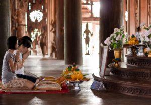 Храм Истины – не просто туристический объект. Его частыми посетителями являются местные жители, которые приходят сюда для медитации и молитвенных бдений.