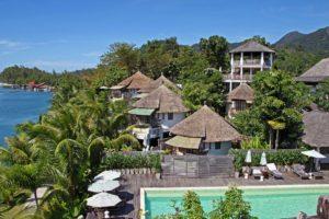 Если подняться вверх по реке на веслах мимо отеля Aana Resort & spa, можно оказаться в небольшой лагуне, берега которой скрываются в мангровых зарослях.