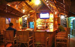 Дизайн ресторана выполнен в местном колорите из бамбука и тропического дерева.