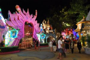 В торговом комплексе Carnival Village можно приобрести ювелирные и кожаные изделия и тайский шелк, всевозможную сувенирную продукцию, керамику и многое другое.