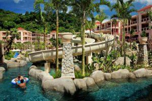 В отеле Centara Grand Beach Resort Phuket есть бассейн с горками