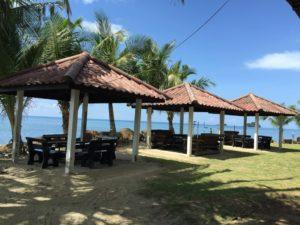 В двухстах метрах к югу побережье усеяно камнями, затрудняющими купание. Однако там находится гостиница «Coral Resort Kai Bae», в которой есть бассейн и ресторан.