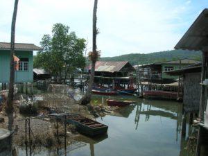 В рыбацкой деревне Baan Salak Phet по большей части дома стоят на сваях. Они населены фермерами, выращивающими каучук и кокосы, а также рыбаками