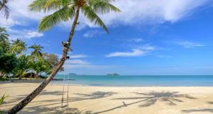 Тихие живописные участки пляжа, замечательные виды соседних островов в туманной морской дымке, удивительные горные пейзажи и отсутствие шумных развлечений привлекают на этот пляж туристов