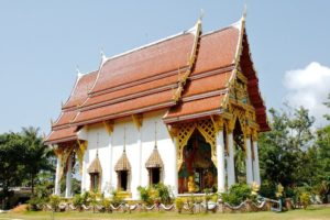 В центре рыбацкой деревушки Baan Klong Prao расположен буддистский храм.
