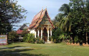 Рядом с соседним пляжем Клонг Прао можно посетить буддийский храм в рыбацкой деревне
