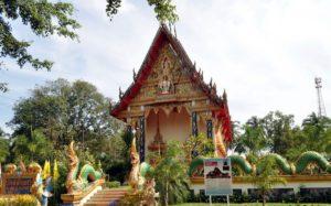 По периметру Wat Salak Phet окружен небольшим заборчиком, состоящим из тел мифических змеев Нага
