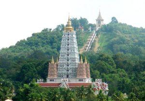Паттайя. Храмовый комплекс Ват Ян. Лестница к главной святыне комплекса - стопе Будды