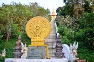 Паттайя. Храмовый комплекс Ват Ян. Подъем по ступеням к главной святыне комплекса