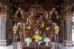 В Камбоджийском зале можно увидеть скульптурные изображения целого семейства – отца, матери и ребенка, воплощающих божество рождения