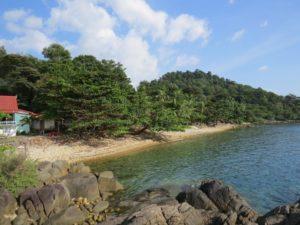 Для загара этот пляж просто идеален, но для купания необходима специальная обувь, чтобы избежать травм из-за камней.