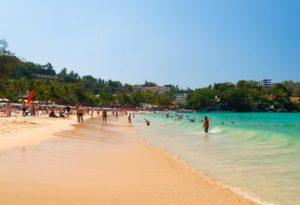 Пляж Ката подходит для семейных пар с детьми, поскольку вход в море пологий и без камней.