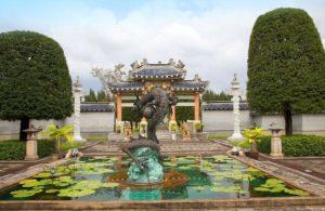 На территории парка несколько великолепных пагод и дворцов