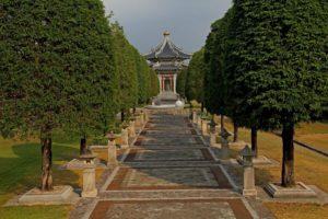 Дорожки в парке окружены деревьями, повсюду очень много зелени, поэтому не жарко даже в самый знойный полдень