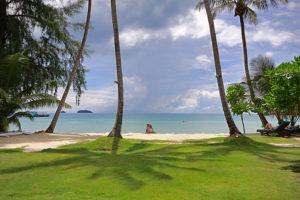 Берег очень плавно спускается в море, в воде нет ни камней, ни кораллов. Тропическая зелень создает затененные участки, на которых можно укрыться от палящего солнца.