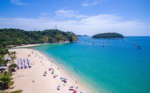 Пляж Най Харн окружен пальмовыми рощами, что создает ощущение райской лагуны