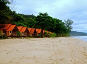 Великолепный пляж, блистающий на солнце мелким коралловым песком, начинается возле отеля White Sand Beach Resort и занимает широкую полосу вдоль берега на протяжении 2,5 километров.