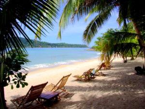 Своего пляжа у Банг Бао фактически нет, а лишь маленький участок у воды. Однако если проехать на восток по Главной дороге, то можно обнаружить прекрасный пляж с белоснежным песком.