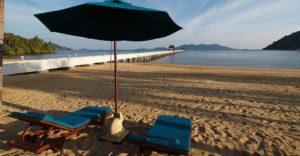 В Банг Бао пляж это лишь маленький участок у воды. Однако если проехать на восток по Главной дороге, то можно обнаружить прекрасный пляж с белоснежным песком.