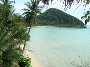 Пляж имеет говорящее название, и по меркам того района острова, в котором он расположен, действительно является длинным. Полукилометровый песчаный пляж на восточном побережье острова Ко Чанг – единственный в своем роде.