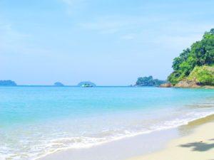 Для пляжного отдыха больше всего подходит северная сторона пляжа, берег которой выстлан белым коралловым песком. Песочек очень приятен на ощупь, не нагревается на солнце.