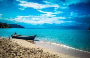 Красивейший берег окружают скалы, но песчаная полоса достаточно широка для самого разнообразного отдыха на море.
