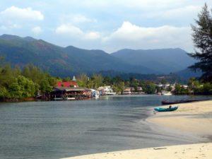 Посредине пляжа Клонг Прао расположена деревушка Baan Klong Prao. Там можно заправить машину, пройтись по магазинам, зайти в мини-маркет, с комфортом перекусить в ресторане.