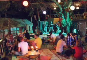 Лонли Бич известен своими дискотеками. Многие туристы на пляж специально для того, чтобы побывать на них.