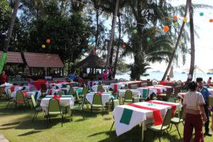 Рестораны пляжа Чай Чет настолько известны, что многие отдыхающие приезжают сюда именно для того, чтобы пообедать или поужинать в одном из них.