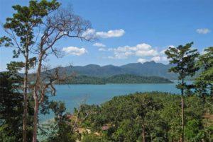 В двух километрах к северо-востоку от Baan Salak Phet с вершины открывается прекрасный вид на лагуну