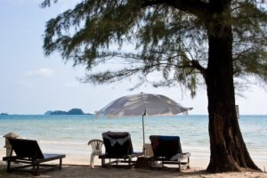 Аренда зонтиков и лежаков не практикуется, хотя они на пляже есть. Все эти удобства предназначены лишь для гостей определенного отеля, а «захватчика» попросят освободить лежак.