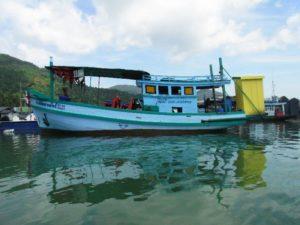 В Baan Salak Phet множество пирсов, которые обслуживают шхуны, яхты и катера