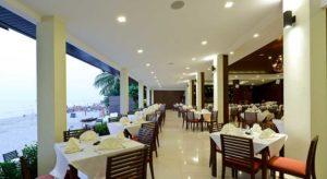 На Белом пляже нет недостатка в хороших ресторанах. Они располагаются, как правило, на курортах или вдоль магистральной дороги.