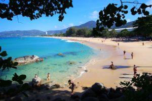 Если уйти в левую или правую часть пляжа, то даже мизантропы будут чувствовать себя комфортно, т.к. там почти нет людей.